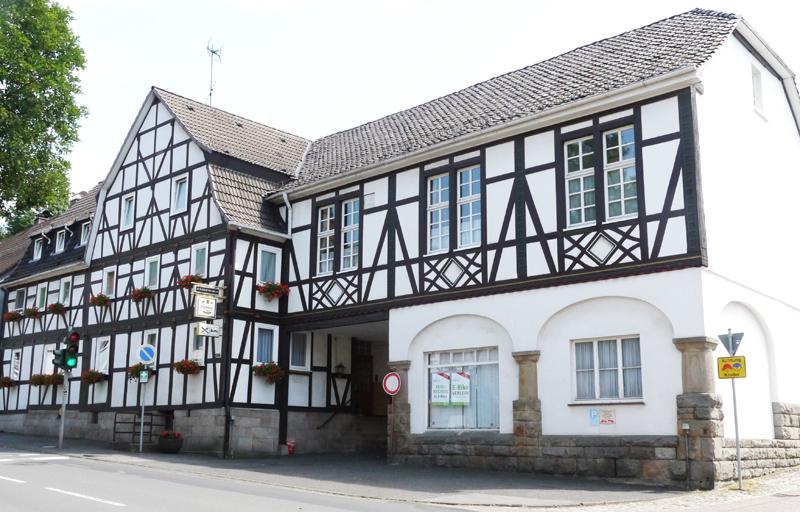 """Gasthaus """"Zum Goldenen Adler"""" gleich nebenan"""